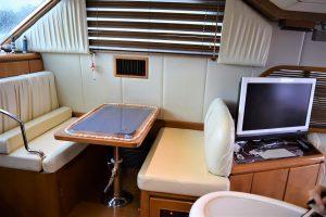 ミッドブルー号の船内と小型モニター