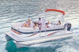 ポンツーンボートに乗った若い5名の男女