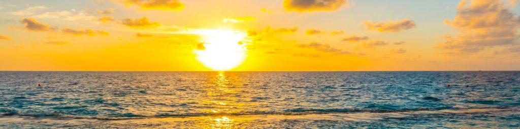 海に沈む美しい夕日
