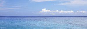 青い海と白い雲と快晴の青空
