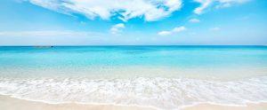 白い砂浜と青い海の美しい海岸
