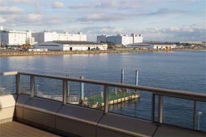 青海駅から見たお台場パレットタウン桟橋