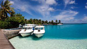 快晴の海と停留所に係留されている2隻のボート