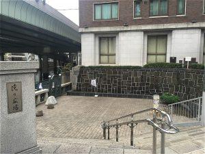日本橋桟橋への入り口の滝の広場