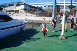 パレットタウン桟橋から海洋散骨のために乗船する家族