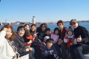 クルーザーの後方デッキでの家族の集合写真