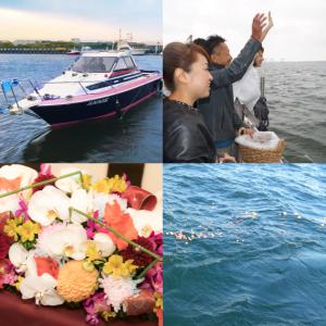 小型クルーザーと散骨をする男女と花束と海に漂う花びら