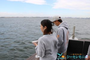 ご遺骨を東京湾に散骨する若い男女