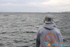 散骨した東京湾を眺める若い男性
