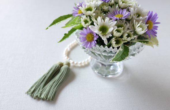 白い数珠と花