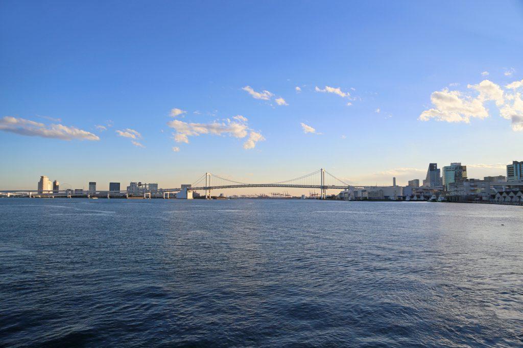 海の上から見た橋とビル群