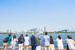 デッキに出て海を眺める人たち