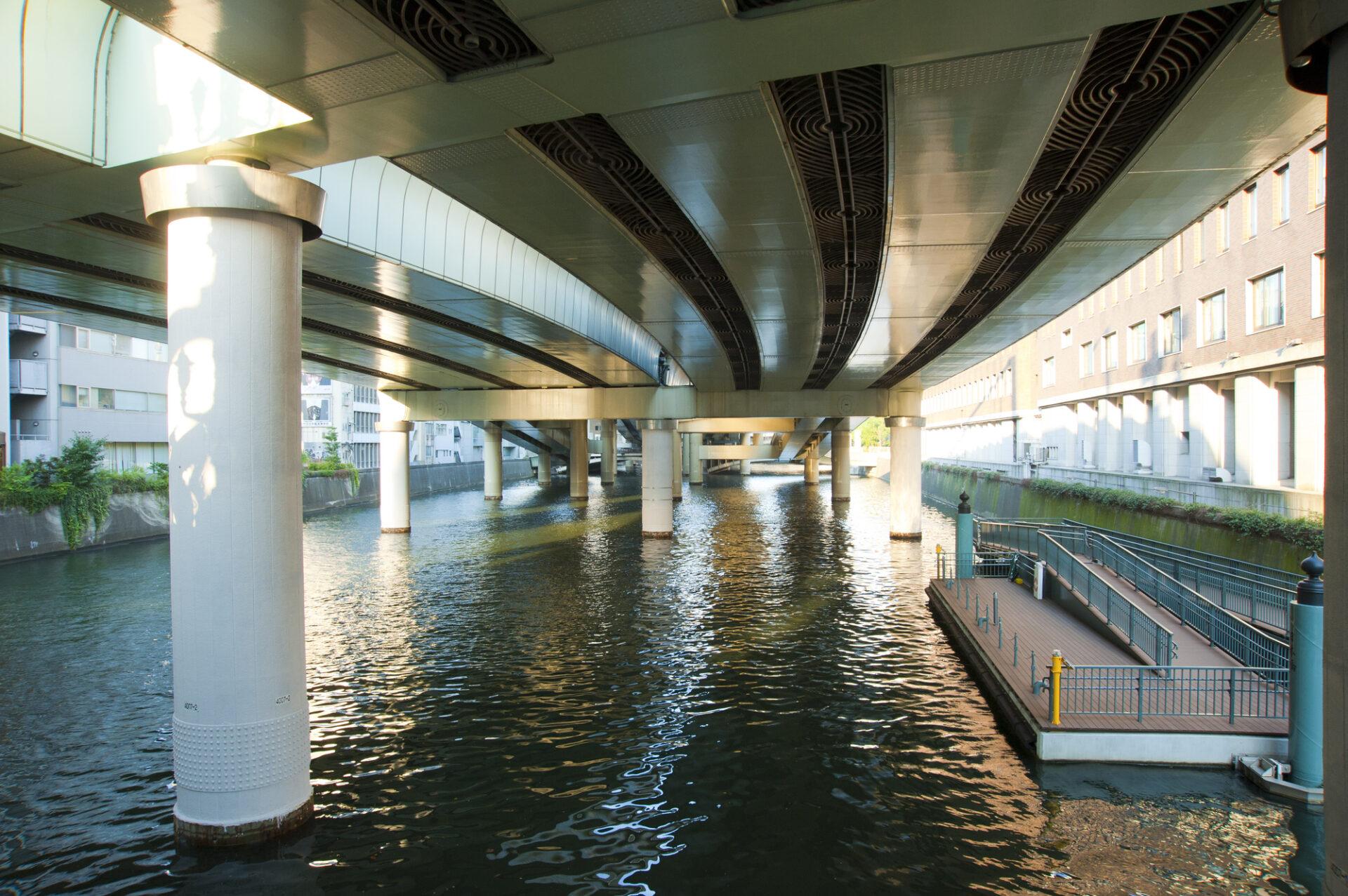 橋の下にある桟橋