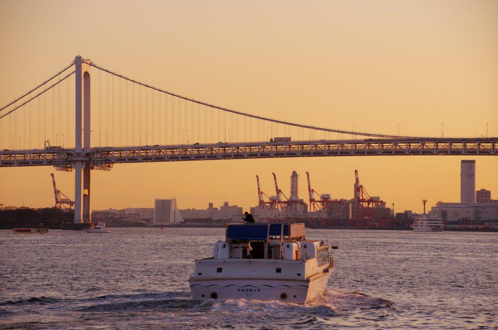 夕日に照らされた海を進む船