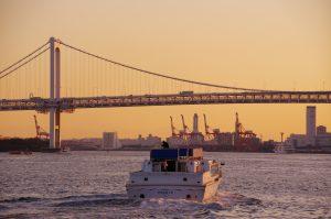 夕日と海に浮かぶ船