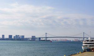 東京湾から見るレインボーブリッジやお台場