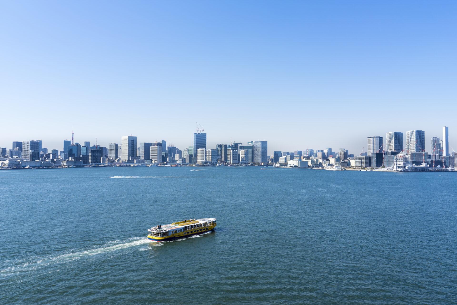 東京湾を進むクルーザー