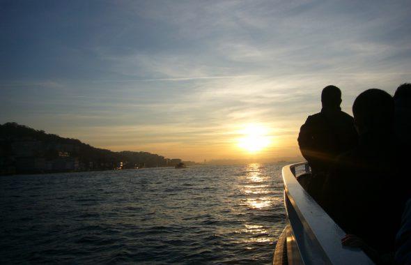 船の上から見える夕日