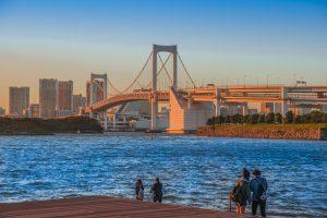 夕日に染まるレインボーブリッジと海