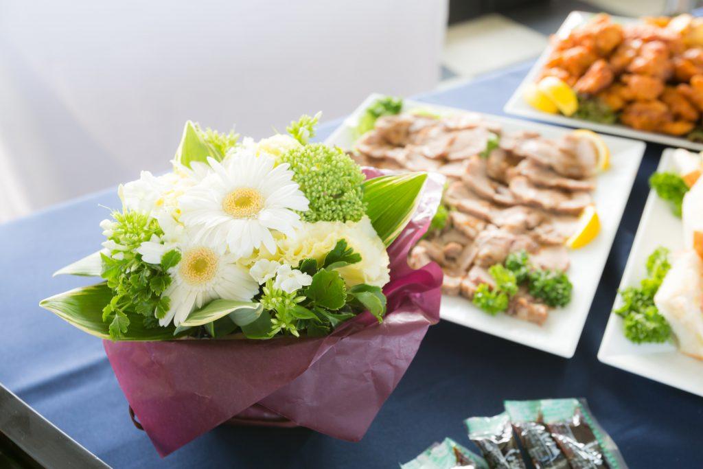 テーブルに並ぶ花と料理
