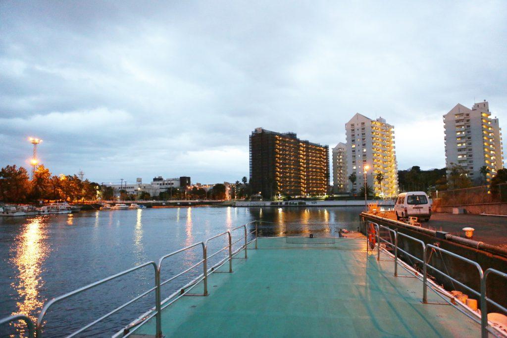 船のデッキから見える景色