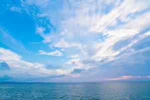 遠くまで続いている空と海