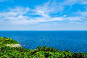 青く広がる海に船が浮かぶ
