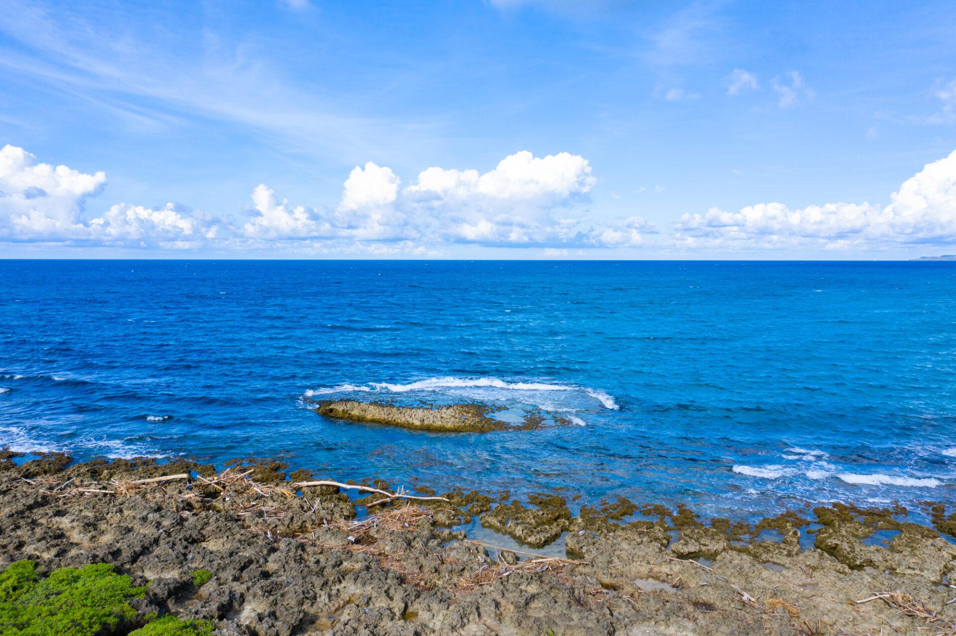 浅瀬から見る広大な海