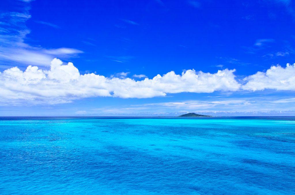 白い雲と広大な海