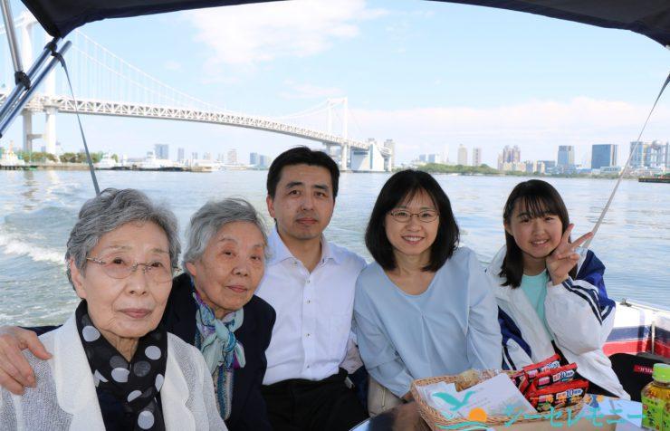 散骨を終えた家族の集合写真