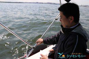 東京湾に散骨する男性