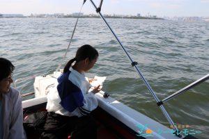 東京湾に散骨する少女と見守る家族