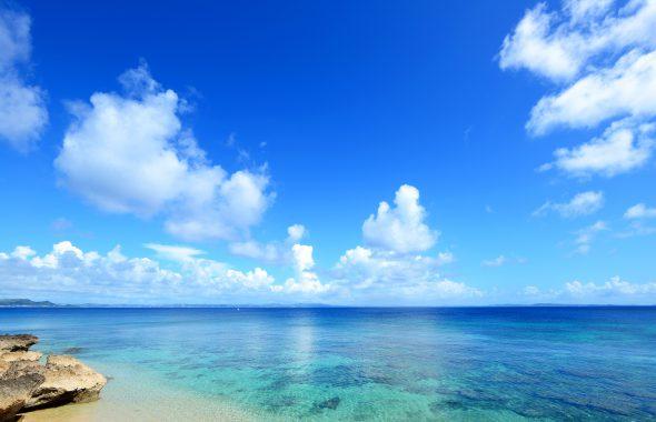 透き通ったきれいな海と青空