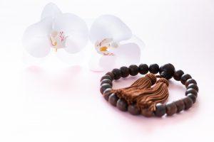 白い花と数珠