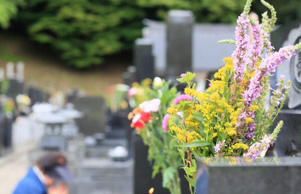 お墓に供えられた綺麗な花束