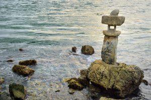 海の中にある石