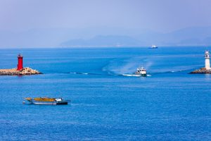 海上を進む船