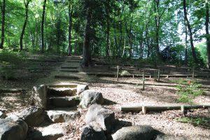 山の中にある石の階段