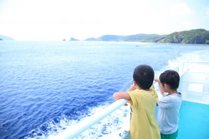 海を眺める子ども