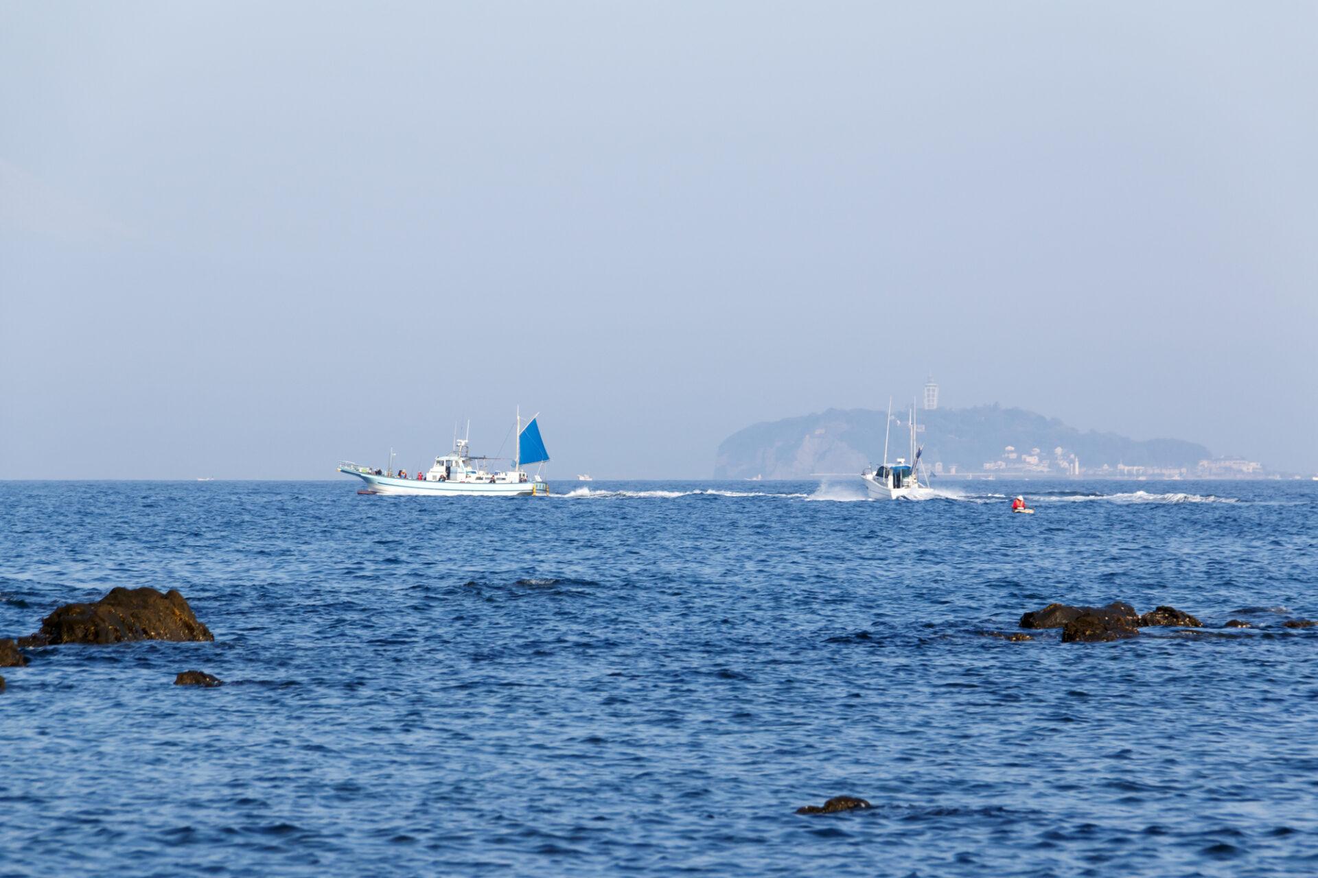クルージングしている2隻の船