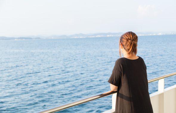 船上で海を眺める女性