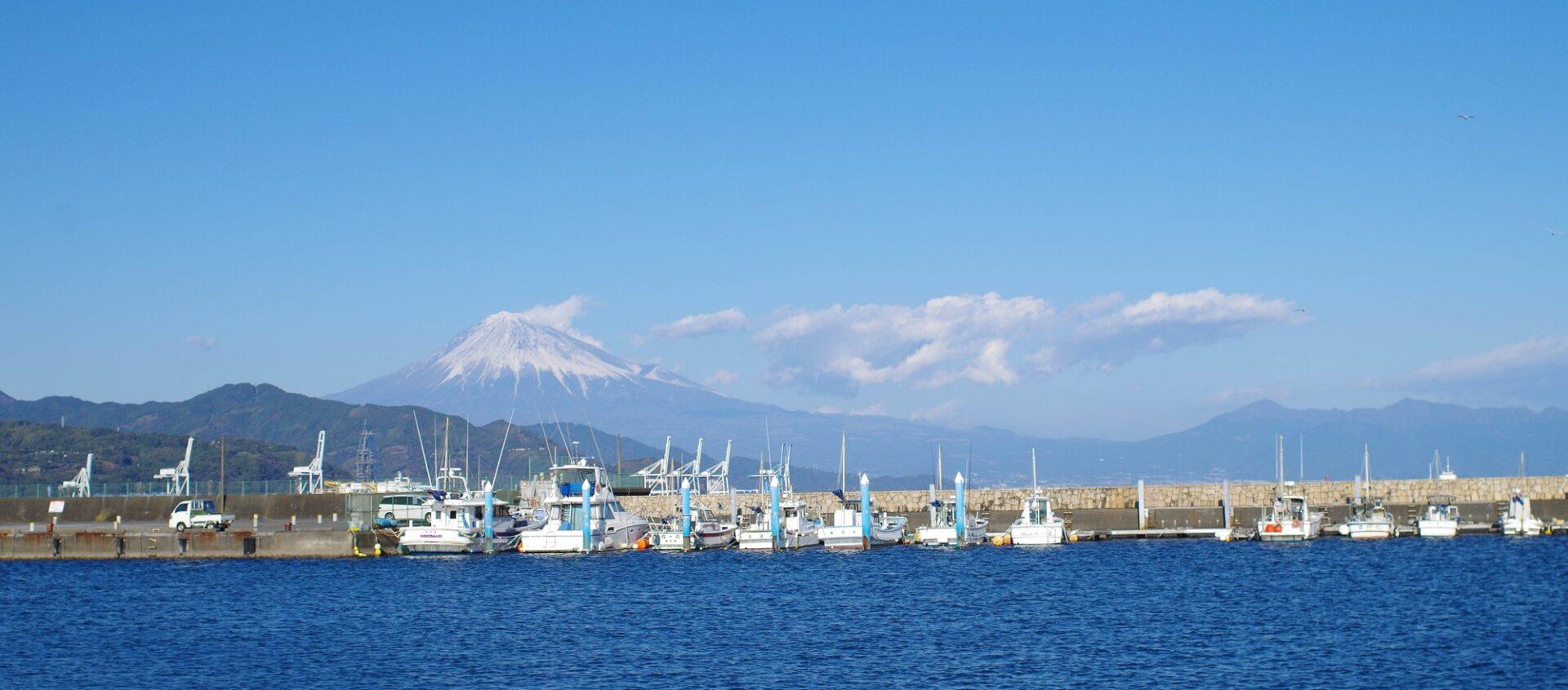 富士山が見える海と港
