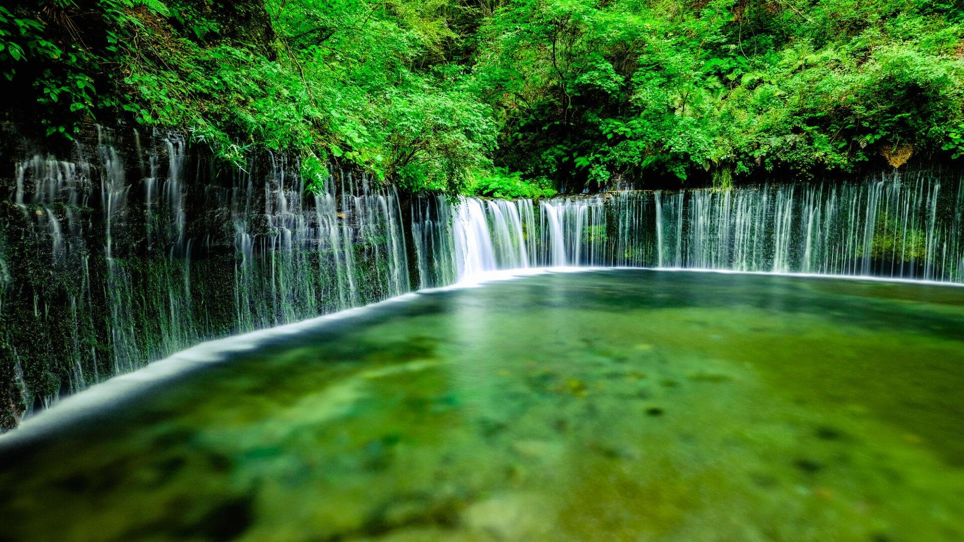 小さな滝と川