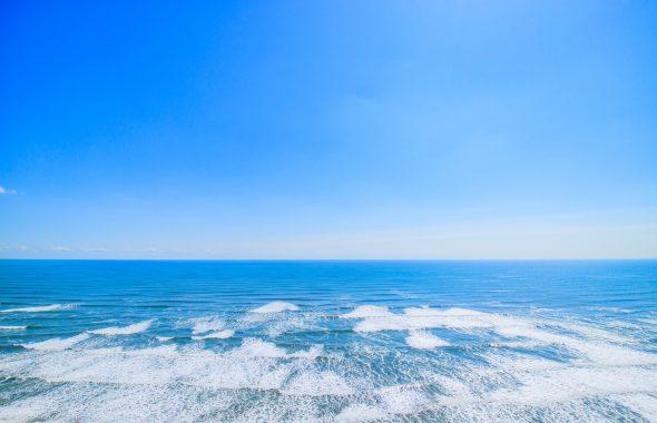 広い海と青空