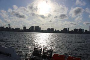 船のデッキから見る東京湾の景色