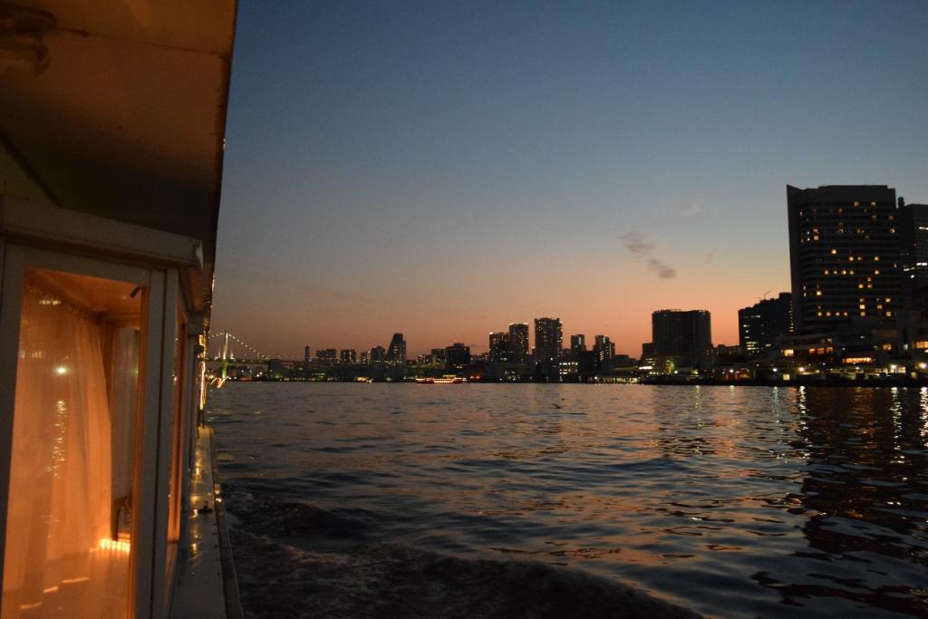 船から見える夕暮れの景色