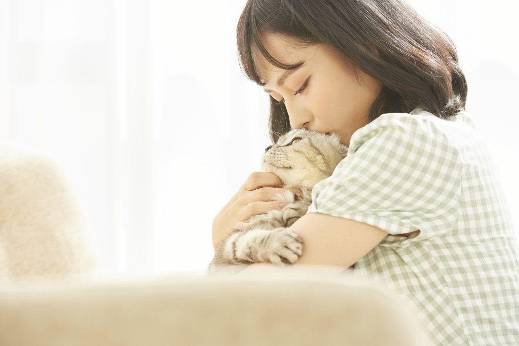ネコを抱きしめる女性