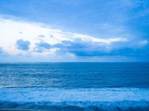 どこまでも広がる青い海