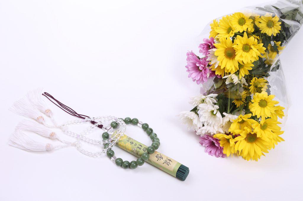 切り花と線香や数珠