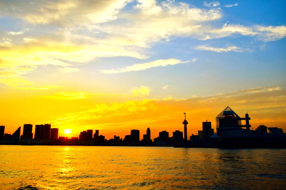 夕日に照らされた海と街並み